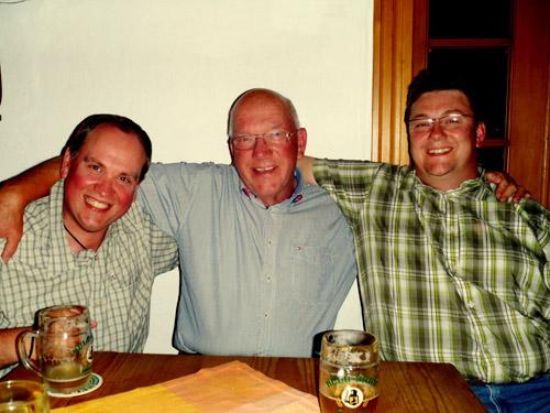Nach getaner Arbeit: auf ein Bier mit Ralf (li.) und Jörg (re.)