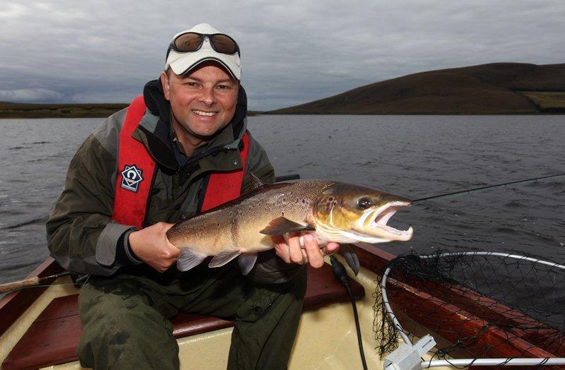 Markus Müller mit seinem 7-Pfunder aus dem Carrowmore Lake.
