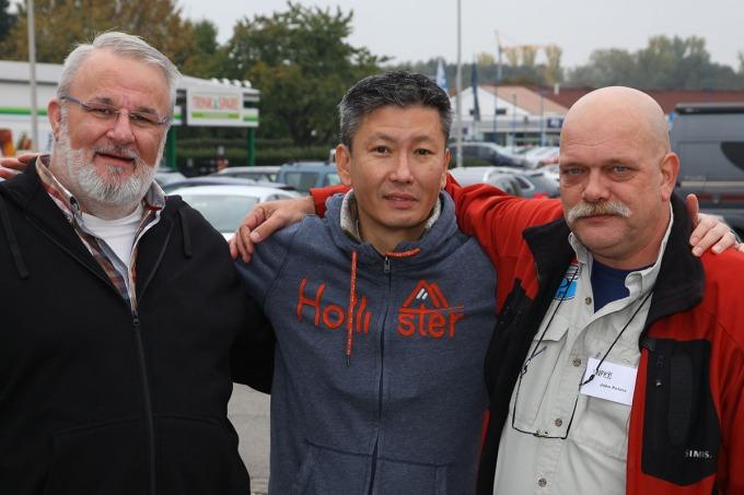 """Das """"Posen"""" vor der Kamera anscheinend nicht so gewohnt... sonst hätte es ja auch ein richtiges Lächeln geben können: Gerrit van Ee, Jay Lee und John Peters."""