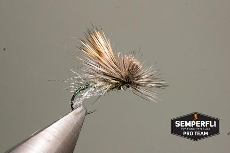 Schritt 8. Hechel stutzen und das Elchhaar abschneiden, wie man es von einer Elk Hair Caddis gewohnt ist. Das Antron straff ziehen und abschneiden (Länge auch hier in etwas bis Anfang des Hakenbogens).
