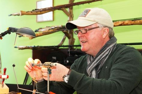 Robert Wolhorn ist leidenschaftlicher Fliegenbinder und gibt sein Wissen gerne weiter.