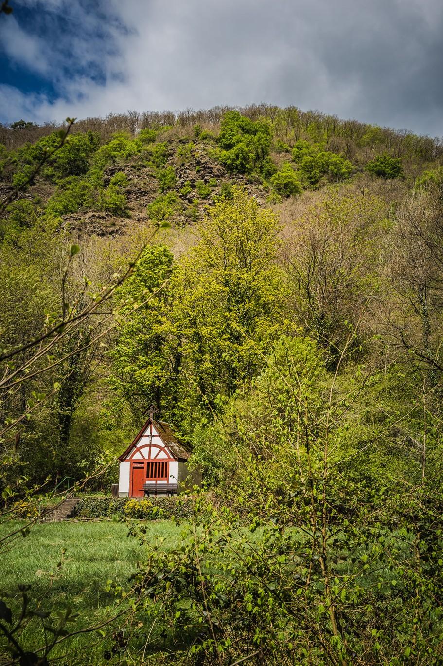 Wenn die Petrijünger mal Unterstützung brauchen... schöne Kapelle im Pommerbachtal.